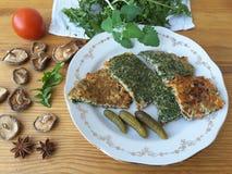 Löwenzahn lässt Omelett mit Pilzen auf Platte Stockfoto