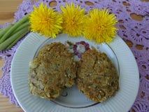 Löwenzahnblumen mit Kartoffeln, Gemüserezepte Lizenzfreies Stockfoto