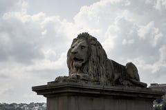 Löweskulptur auf dem Satz stockbild