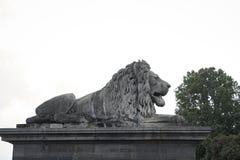 Löweskulptur auf dem Satz stockfotos