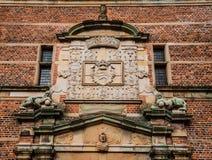 Löweskulpturen und königlicher Blazon in Frederiksborg Lizenzfreies Stockfoto