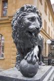 Löwestatue, die auf einer Kugel mit einer königlichen Krone stillsteht. Lizenzfreie Stockfotografie
