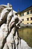 Löwestatue, die den Eingang des Hellbrunn-Schlosses betrachtet Stockbilder
