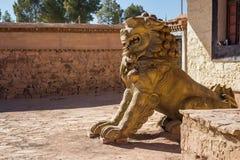 Löwestatue, die den Eingang eines Tempels schützt Lizenzfreie Stockfotos