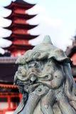 Löwestatue, die Eingang zum Miyajima-Schrein schützt Lizenzfreies Stockfoto