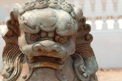 Löwestatue, Symbol des Schutzes und Energie in orientalischem Asien Stockfoto