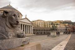 Löwestatue vor Kathedrale an Plebiscito-Quadrat, Neapel Italienisches Architekturkonzept stockfoto