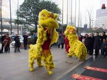 Löwetanz, nehmen an der Feier des Chinesischen Neujahrsfests teil stockfoto