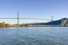 Löwetorbrücke von West-Vancouver, Kanada - mit Vancouver-Stadtzentrum im Hintergrund und einer Anlegestelle im Vordergrund lizenzfreies stockbild