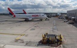 LÚPULO de Air France! Preparação de Embraer 170 antes do voo Fotos de Stock