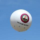 Lüften Sie Baloon mit Porträt von Heydar Aliyev Floating im Himmel am Winterboulevard in Baku Azerbaijan Lizenzfreies Stockbild