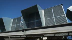 Lüftungsanlage auf dem Dach eines Industriegebäudes Klärung der Luft in den großen Räumen mithilfe der Designe von stock video footage