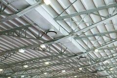 Lüftungsanlagen im Hangar unter Dach Stockfoto