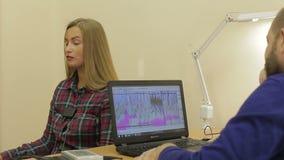 Lüge-Detektortest, eine Frau beantwortet die Fragen des Experten stock footage