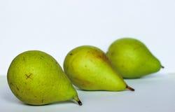 Lüge mit drei Birnen nahe bei, drei Birnen auf weißem Hintergrund, grüne Birnen, drei Birnen Stockbilder