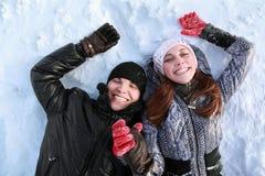 Lüge mit zwei Geliebtleuten auf Schnee Stockbild