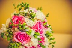 Lüge mit zwei Ringen auf einem Blumenstrauß Lizenzfreies Stockbild