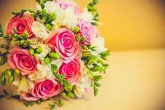 Lüge mit zwei Ringen auf einem Blumenstrauß Stockfotos