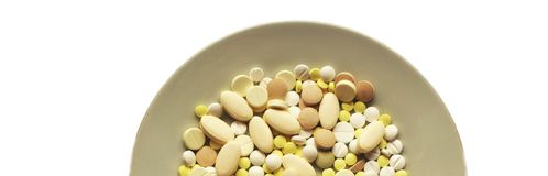 Lüge vieler unterschiedliche Tabletten auf einer Platte Stockfoto