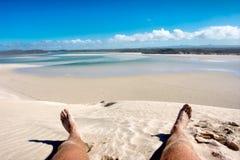 Lügen auf Strand Stockbild
