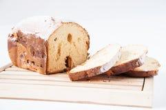 Lügen des frischen Brotes oder der Torte auf einem Brett auf einem weißen Hintergrund geschnitten stockbild