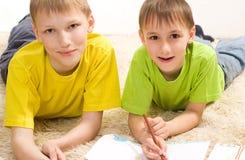 Lügen des kleinen Bruders zwei Lizenzfreie Stockbilder