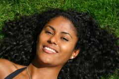 Lügen im Gras an einem Sommertag Lizenzfreies Stockbild