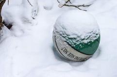 Lügen im Schnee ein Basketball umfasst mit voll vom Schnee Lizenzfreie Stockbilder