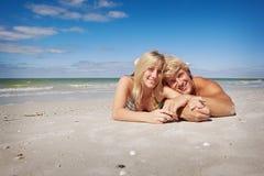 Lügen am Strand stockbilder