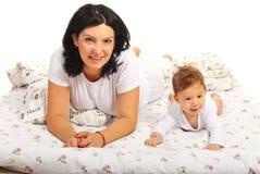 Lügenbett der Mutter und des Babys zusammen Lizenzfreie Stockfotos