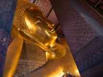 Lügenbuddha in Thailand-Tempel Lizenzfreies Stockfoto