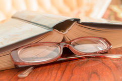 Lügenoffenes buch und Gläser Lizenzfreie Stockbilder
