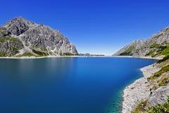Lüner Lake i de österrikiska alpsna Arkivfoton