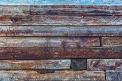 Lüpfen Sie die harte hölzerne Wand der Art, die von den alten Eisenbahnen hergestellt wird Protokoll des Holzes Lizenzfreie Stockfotos