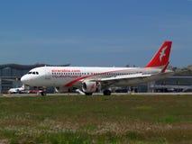 Lądować Air Arabia Aerobus A320-214 samolot Zdjęcia Stock