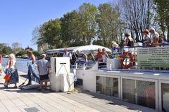 Lądować pasażery statek wycieczkowy na kanale du Midi Fotografia Royalty Free