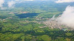 Lądować samolot po lota nad góry i miasto zdjęcie wideo