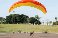 Lądujący, traning i badający spadochron w parkowym nazwanym Narodu miejscowym parku z ludźmi wokoło dopatrywania, zdjęcia stock