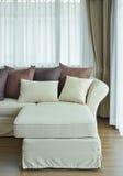 L形状米黄沙发与变化枕头的棕色颜色 免版税库存照片