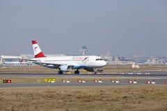 L'†«Austrian Airlines Airbus A320 d'aéroport international de Francfort décolle Photos stock