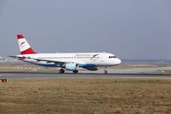L'†«Austrian Airlines Airbus A320 d'aéroport international de Francfort décolle Photographie stock libre de droits