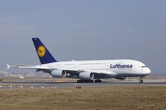 L'†«Lufthansa Airbus A380 d'aéroport international de Francfort décolle Photographie stock libre de droits