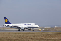 L'†« Lufthansa Airbus A319 d'aéroport international de Francfort décolle Photographie stock