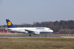 L'†« Lufthansa Airbus A319 d'aéroport international de Francfort décolle Image stock