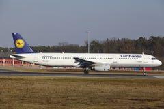 L'†«Lufthansa Airbus A321-131 d'aéroport international de Francfort décolle Photo libre de droits