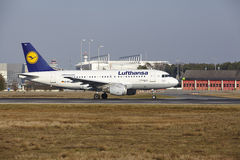 L'†«Lufthansa Airbus A319 d'aéroport international de Francfort décolle Image libre de droits