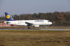 L'†« Lufthansa Airbus A319 d'aéroport international de Francfort décolle Photo stock