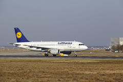 L'†« Lufthansa Airbus A319 d'aéroport international de Francfort décolle Photo libre de droits
