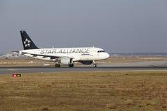 L'†«Lufthansa Airbus A319 d'aéroport international de Francfort décolle Images stock