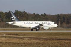 L'†«Lufthansa Airbus A319 d'aéroport international de Francfort décolle Photo libre de droits